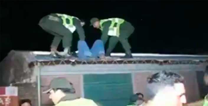 Y hoy en intervenciones policiales... Ayudando a un ladrón a bajar del tejado
