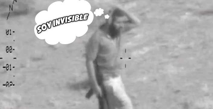 Un terrorista de ISIS sostiene una planta sobre la cabeza para esconderse de un helicóptero de combate