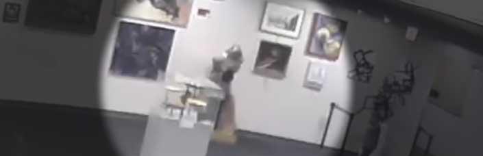 Le cobran 132.000 dólares a una madre por romper su hijo una estatua en un museo