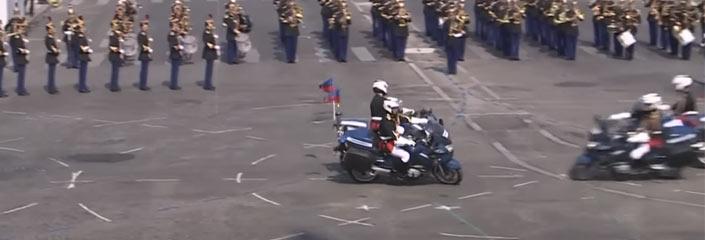 Dos motoristas de la policía francesa chocan de frente durante el desfile del Día de la Bastilla